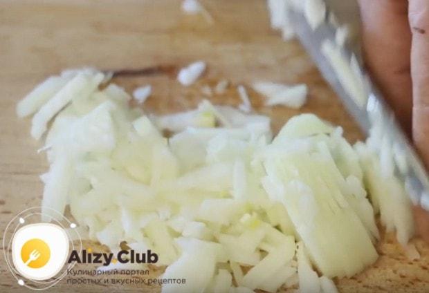 Как можно мельче нарезаем лук.