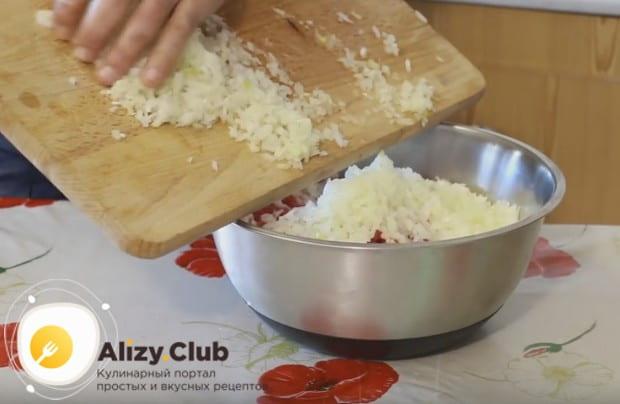 Отправляем измельченный лук в миску с фаршем.