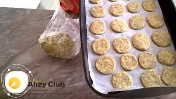Маковое печенье на сметане формируем на противень