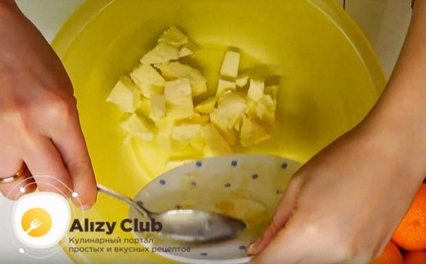 выкладываем в миску размягченное сливочное масло