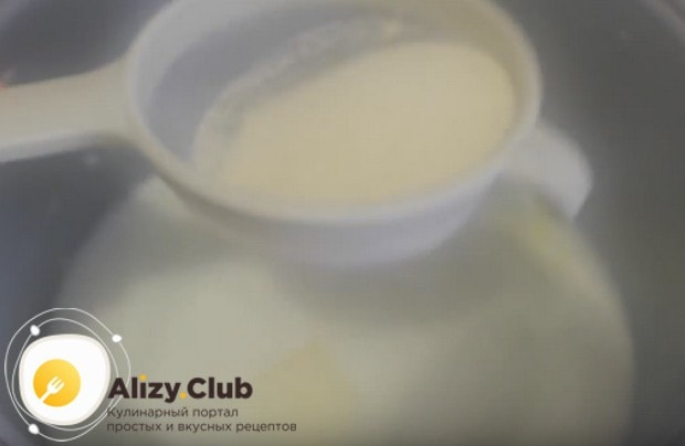 Помешиваем молоко и одновременно через сито просеиваем в него манку.