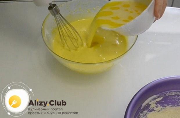Вводим в яичную массу растопленное и остывшее сливочное масло.