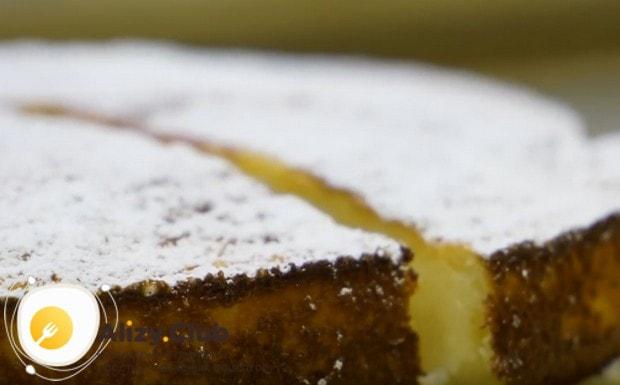 Такой пирог проще всего украсить сахарной пудрой.