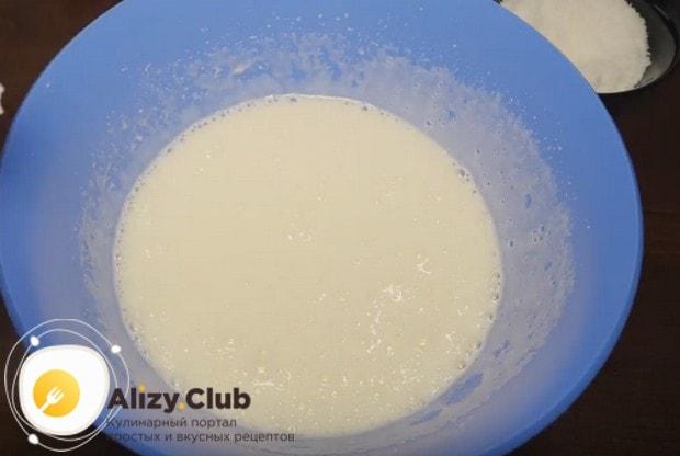 Взбиваем в пышную массу яйца и сахар.