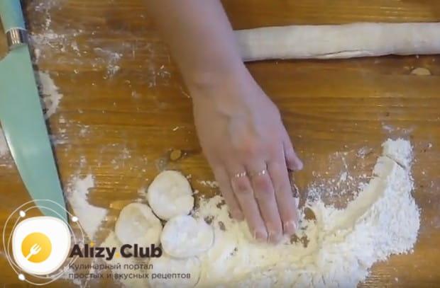 Сделав из теста колбаску, разрезаем ее на одинаковые по размеру кусочки.