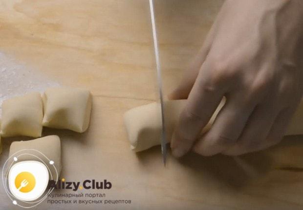 Каждую часть теста скатываем в валик и разрезаем его на кусочки.