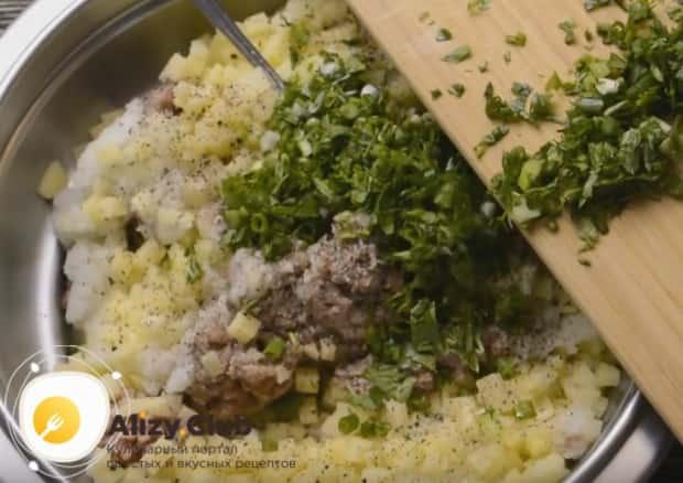 Соединяем в миске фарш, картошку, специи, лук и свежую мелко нарубленную зелень.