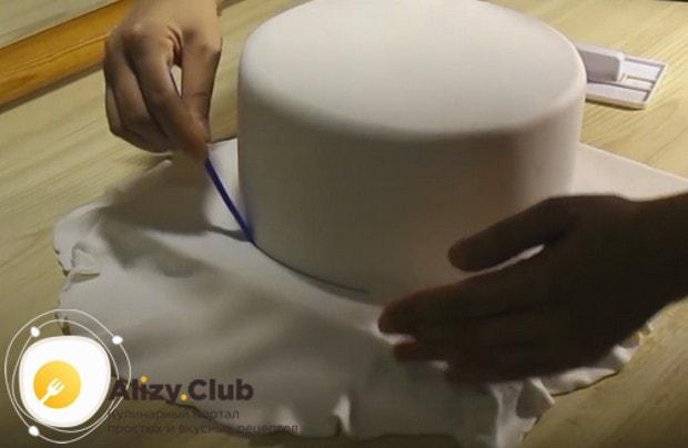 Выравниваем покрытие специальным утюжком и осторожно обрезаем излишки.