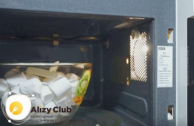 Отправляем миску с ингредиентами в микроволновку.