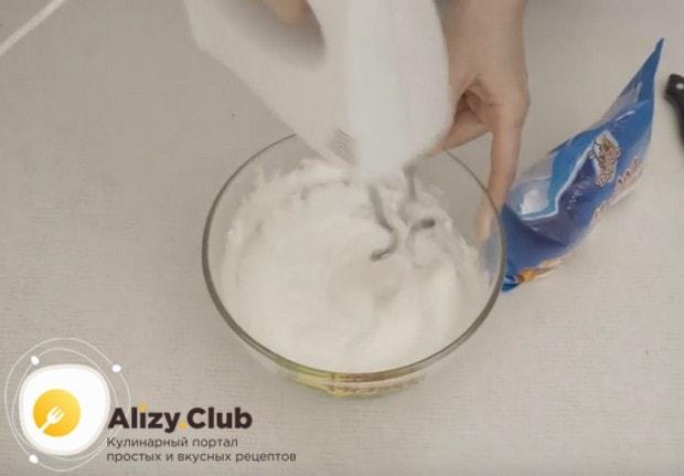 Постепенно добавляем сахарную пудру и взбиваем массу до загустения.