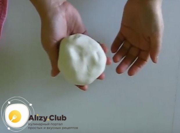 Когда мастика полежит несколько часов, надо еще раз вымесить ее с сахарной пудрой и при желании можно добавить красители.