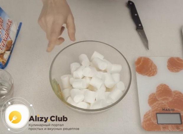 Выкладываем маршмеллоу в подходящую для микроволновки посуду.