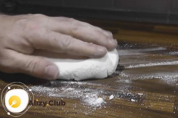 Потом перекладываем мастику на стол и месим ее, как тесто.