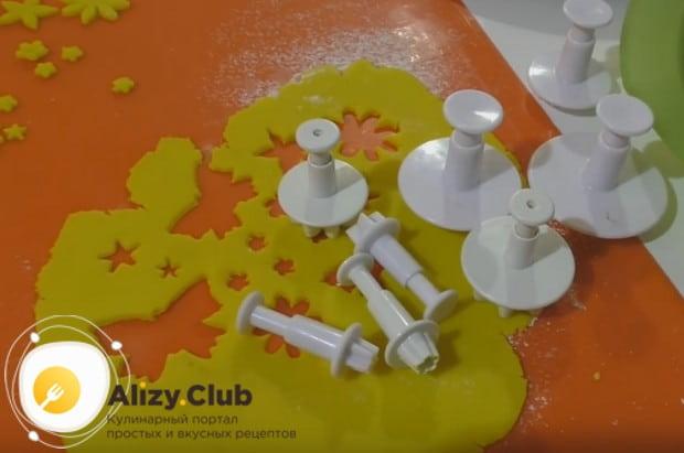 Для изготовления украшений из мастики можно использовать специальные формочки и вырубки.