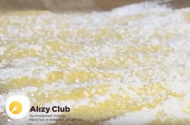 Стол или доску посыпаем кукурузной мукой и сахарной пудрой.