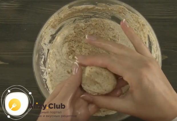 Печенье формируем руками, поскольку тесто загустело.