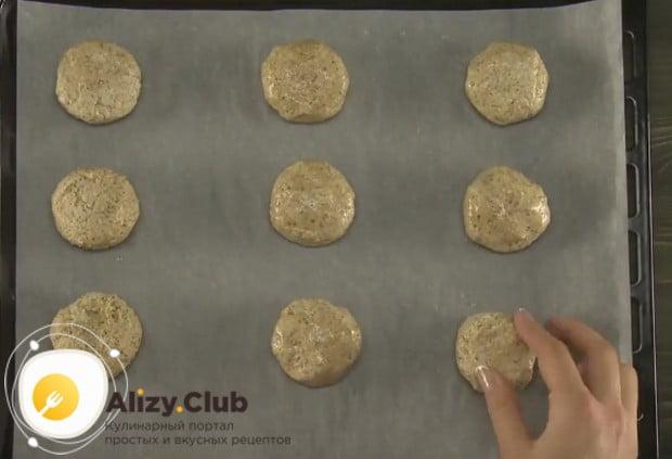 Выкладываем печенье на противень на расстоянии одно от другого, потому что при выпечке оно увеличивается.