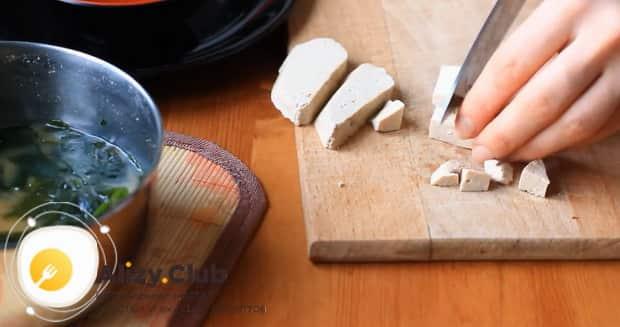 Для приготовления мисо супа, нарежьте тофу.