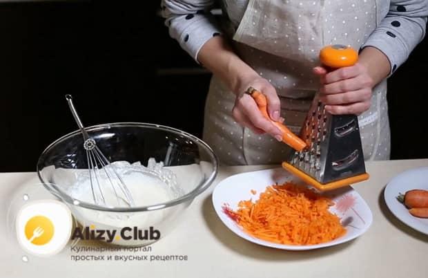 Натрите морковь для приготовления запеканки.