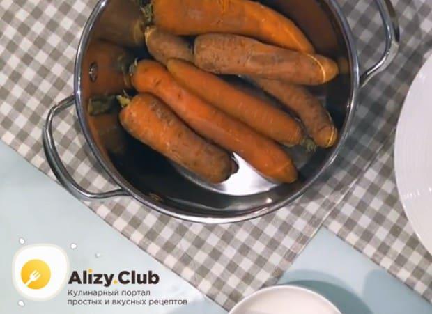 Чтобы приготовить морковные котлеты по классическому рецепту, сначала надо до готовности отварить морковку.