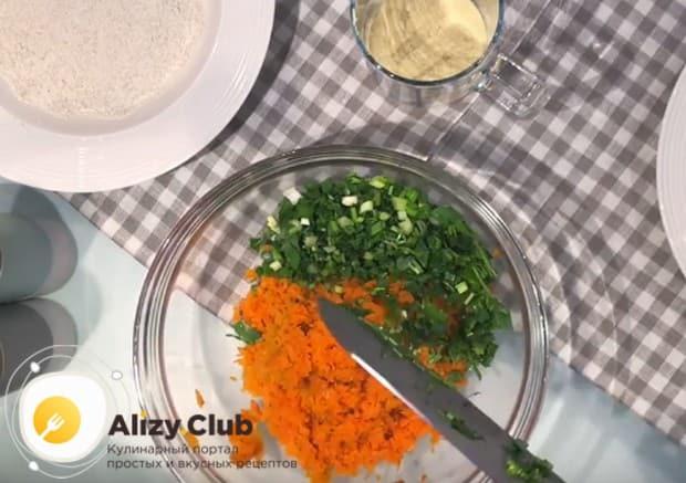 В рецепте вкусных морковных котлет используем также свежую мелко нарубленную зелень.