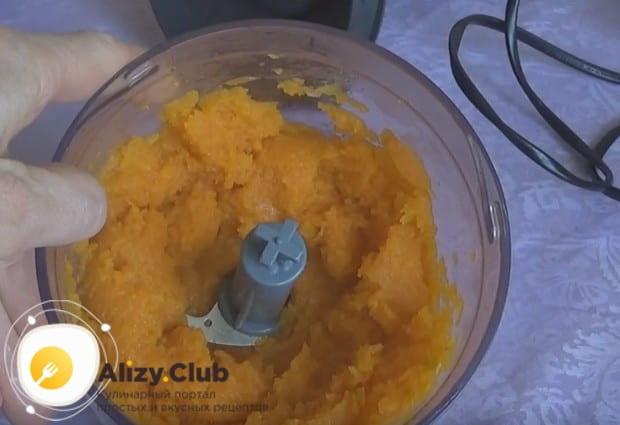 Блендером или при помощи терки измельчаем отваренную морковку.