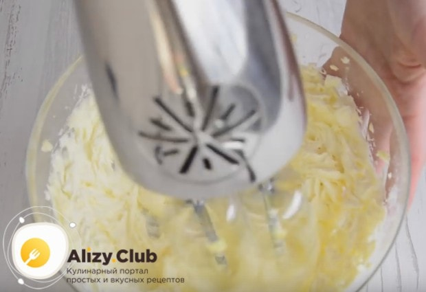 Хорошенько взбиваем маслом с сахарной пудрой.