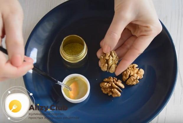 Орехи покрываем золотистым красителем.