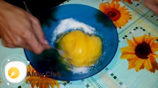 В миске соединяем 2 яйца со стаканом сахара
