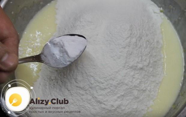 Добавляем муку и соду и начинаем замешивать тесто.