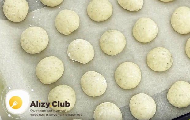 Кладем печенья на застеленный пергаментом противень и отправляем в духовку.