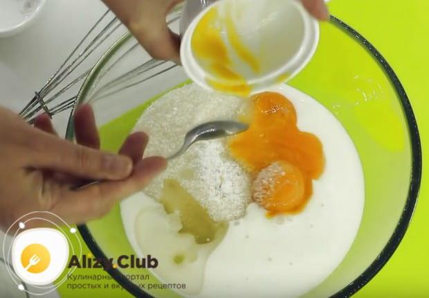 В отдельной посуде смешиваем кефир, растительное масло, сахар и желтки.