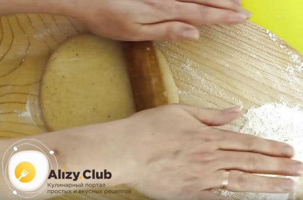 Скалкой раскатываем тесто в пласт.