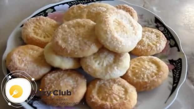 Готовое ванильно-сметанное печенье подаем к столу