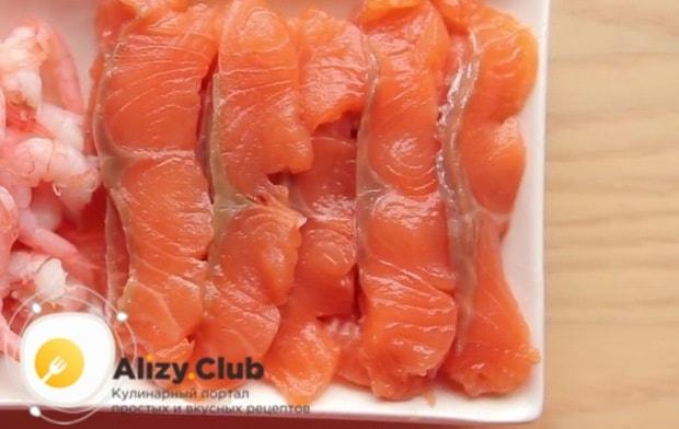 Рыбу нарезаю тонкими ломтиками