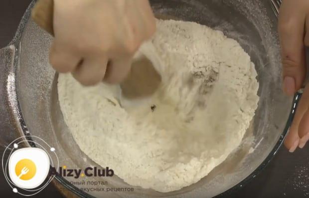 Добавляем сахар и тщательно перемешиваем сухие компоненты.
