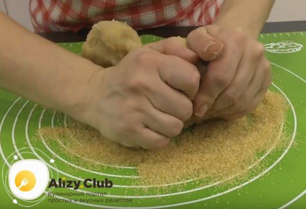 Тщательно вмешиваем в тесто коричневый сахар.