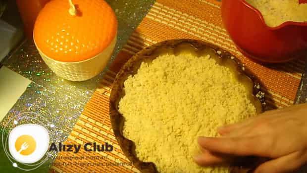 На тесто пирога выкладываем творог, и потом высыпаем остатки теста
