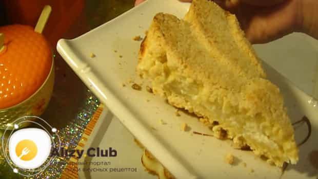 Готовый творожный пирог с крошкой подаем к столу