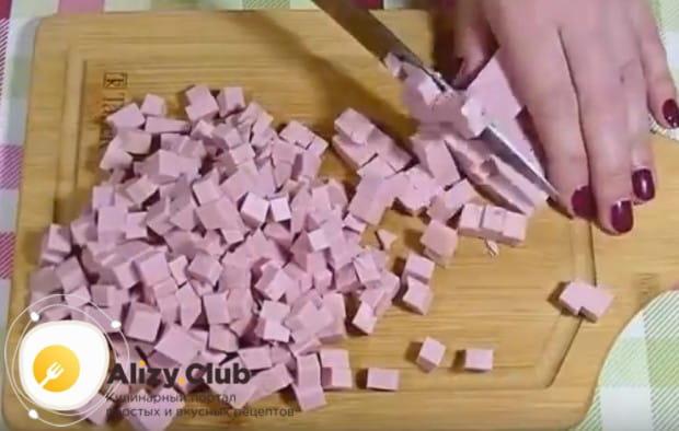 Мелким кубиком режем вареную колбасу.