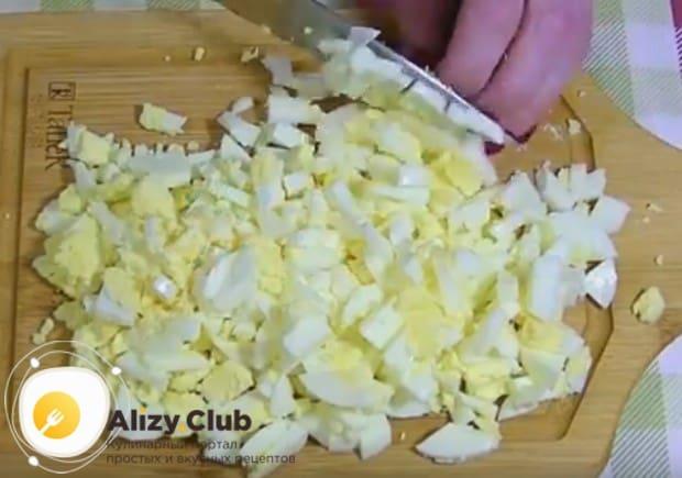 Измельчаем отваренные вкрутую яйца.