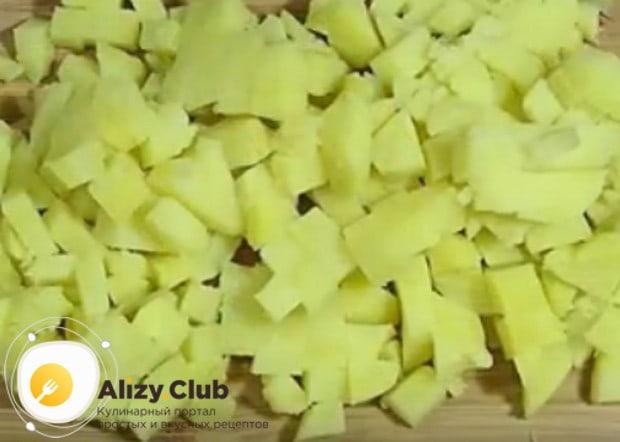 Кубиком режем отваренный в мундире картофель.