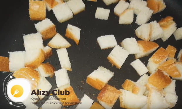 подсушиваем сухари на сковороде
