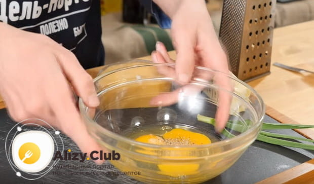 добавляем к яйцам щепотку соли и черный перец по вкусу