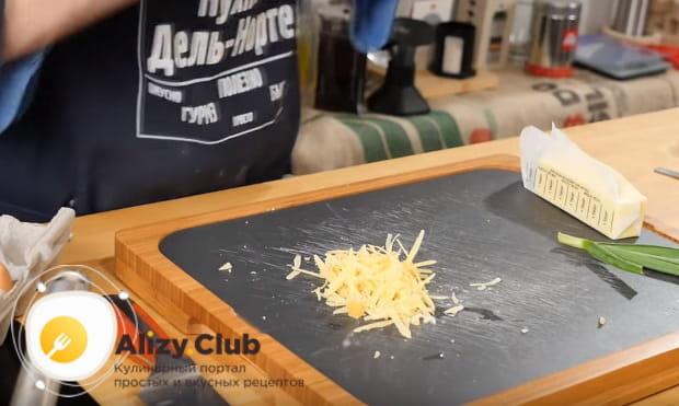 натираем на терке твердый сыр