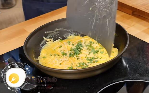 добавляем сыр и зелень