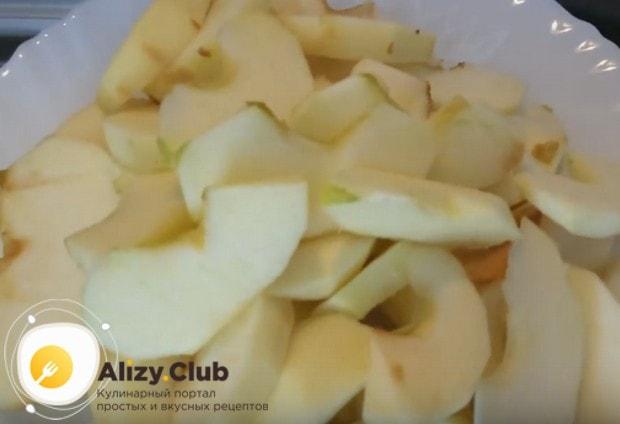 Режем яблоки дольками.