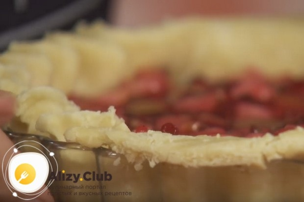 Обрезаем лишнее тесто и формируем у пирога красивый край.