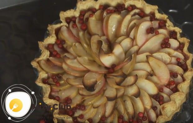 Украшаем готовое изделие ягодами брусники.