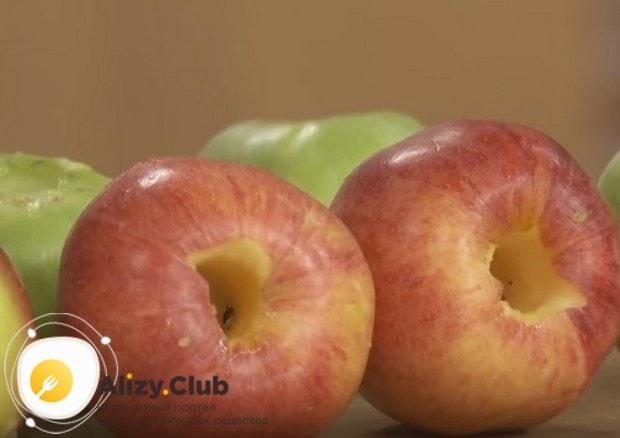 Извлекаем сердцевинки из помытых яблок.